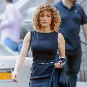 """In ihrer Rolle der taffen Polizistin """"Harlee Santos"""" trägt Jennifer Lopez in der Serie """"Shades of Blue"""" ihr Haare in einem welligen, schulterlangen Bob und setzt auf klassische Business-Kleidung."""