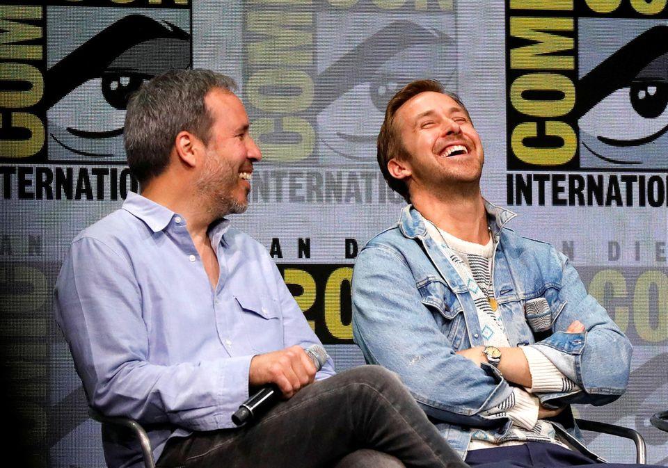 """Regisseur Denis Villeneuve bringt Ryan Gosling bei der """"Blade Runner 2049""""-Konferenz zum Lachen."""