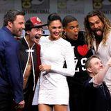 """Die """"Justice League""""-Crew mit Ben Affleck, Ezra Miller, Gal Gadot, Ray Fisher und Jason Momoa machen mit Moderator Chris Hardwick ein witziges Erinnerungsselfie."""