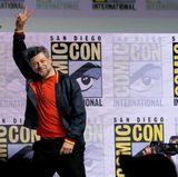 """Beim verlassen der """"Black Panther""""-Präsentation gibt es von Andy Serkis noch einen Abschiedsgruß für Fans und Fotografen."""