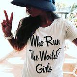 """Klares Statement! Auf Instagram zeigt sich Sarah mit einem Motto-Shirt: Aufgedruckt ist ein Ausschnitt aus einem Beyoncé-Song """"Wer regiert die Welt? Mädchen""""."""