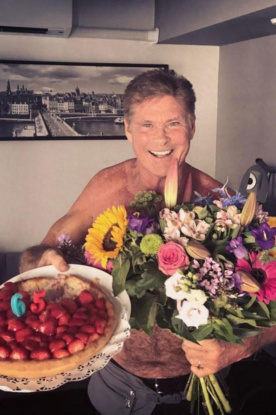 17. Juli 2017  Unglaublich wie die Zeit vergeht: David Hasselhoff feiert bereits seinen 65. Geburtstag und freut sich an diesem Tag über eine Erbeertorte und einen großen Strauß Blumen.
