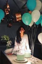 22. Juli 2017  Eine Torte ist für Selena Gomez nicht genug. Zu ihrem 25. Geburtstag bekommt die Sängerin gleich zwei Prachtexemplare und freut sich über die tolle Ballon-Deko zu ihren Ehren.