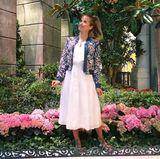 In diesem weißen Midi-Dress genießt Cathy ihren Urlaub in Las Vegas. Dort feierte sie mit ihrem Liebsten zweiten Hochzeitstag. Das Kleid kombiniert mit einer geblümten Bomber-Jacke bildet den perfekten Look für einen lauen Sommerabend.