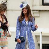 2009  Dieser nicht weniger blaue Look beweist jedoch, dass Kate auch damals schon ab und zu tolle Outfits trug. Meist tatsächlich auf Hochzeiten.