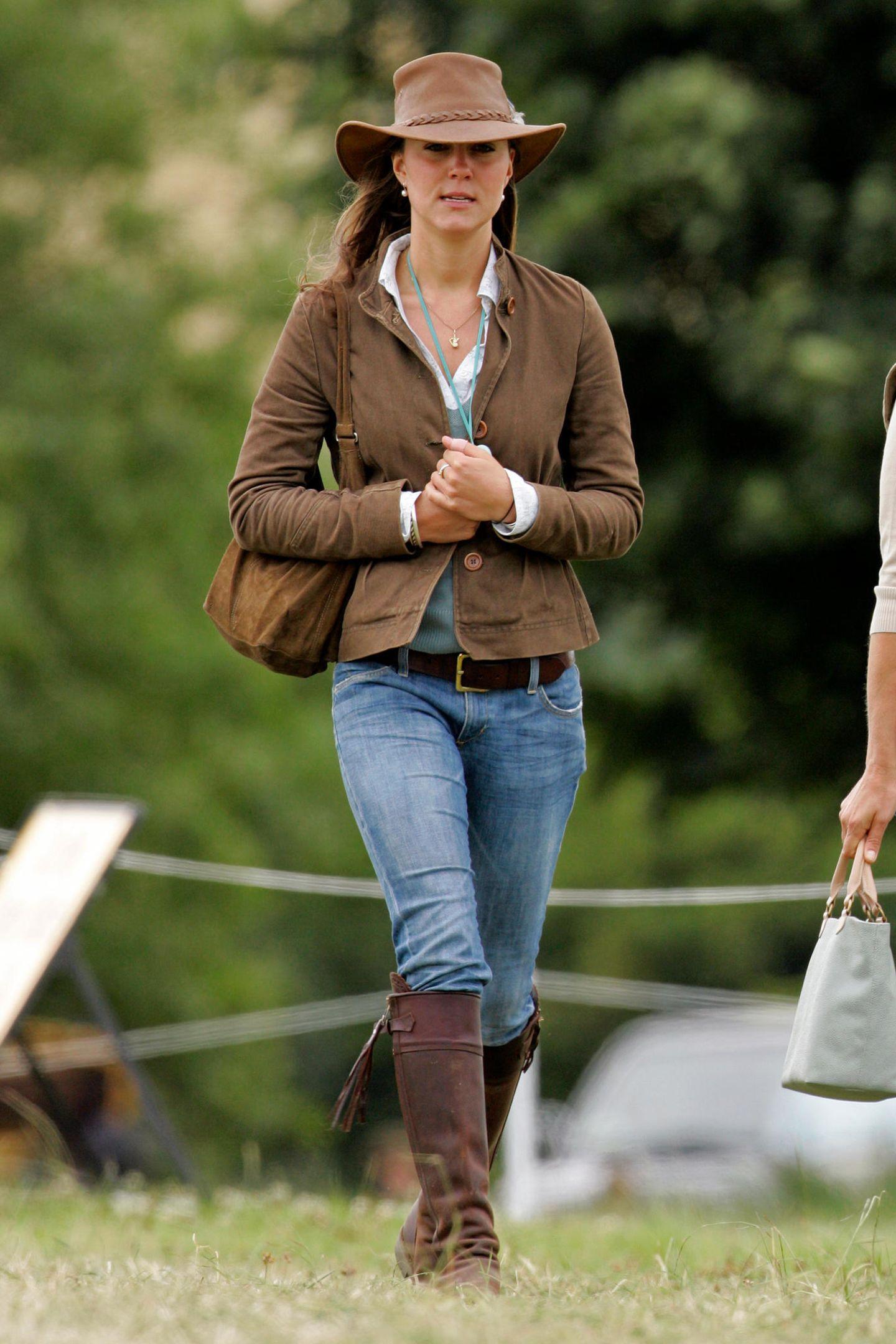 2005  Heißes Cowgirl! Kate wusste sich schon immer dem Anlass entsprechend zu kleiden und setzt für ein Park-Festivalauf ein praktisches, lässiges Outfit in Brauntönen. Besonderer Hingucker sind der Hut und die kniehohen Boots.
