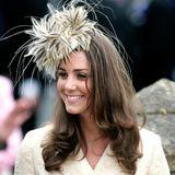 2006  Auf der Hochzeit von Laura Parker Bowles und Harry Lopes zeigt sichKate von ihrer eleganteren Seite. Ein helles Kostüm und ein farblich abgestimmter Fascinator geben ihr das royale Etwas.
