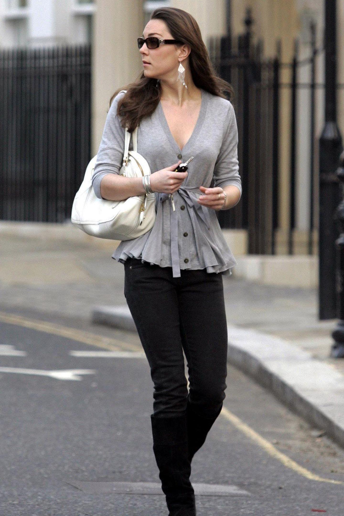 2007  Eine Vorliebe für raffinierte Details scheint Herzogin Catherine schon immer gehabt zu haben. Das beweist ihre graue Strickjacke mit kleinen Knöpfchen und Schleife.