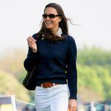 2007  Casual Chic: Bei einem Pferderennenglänzt Catherine in einem weißen Rock, dunkelblauem Pullover und Stiefeln. Die schmale Sonnenbrille macht ihren Look noch lässiger.