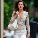 2007  Zum Sommer-Shopping lässt es Kate entspannt angehen. Tunika, weiße Jeans und Ballerinas. Doch von diesem Stil hat sich Catherine komplett abgewandt.