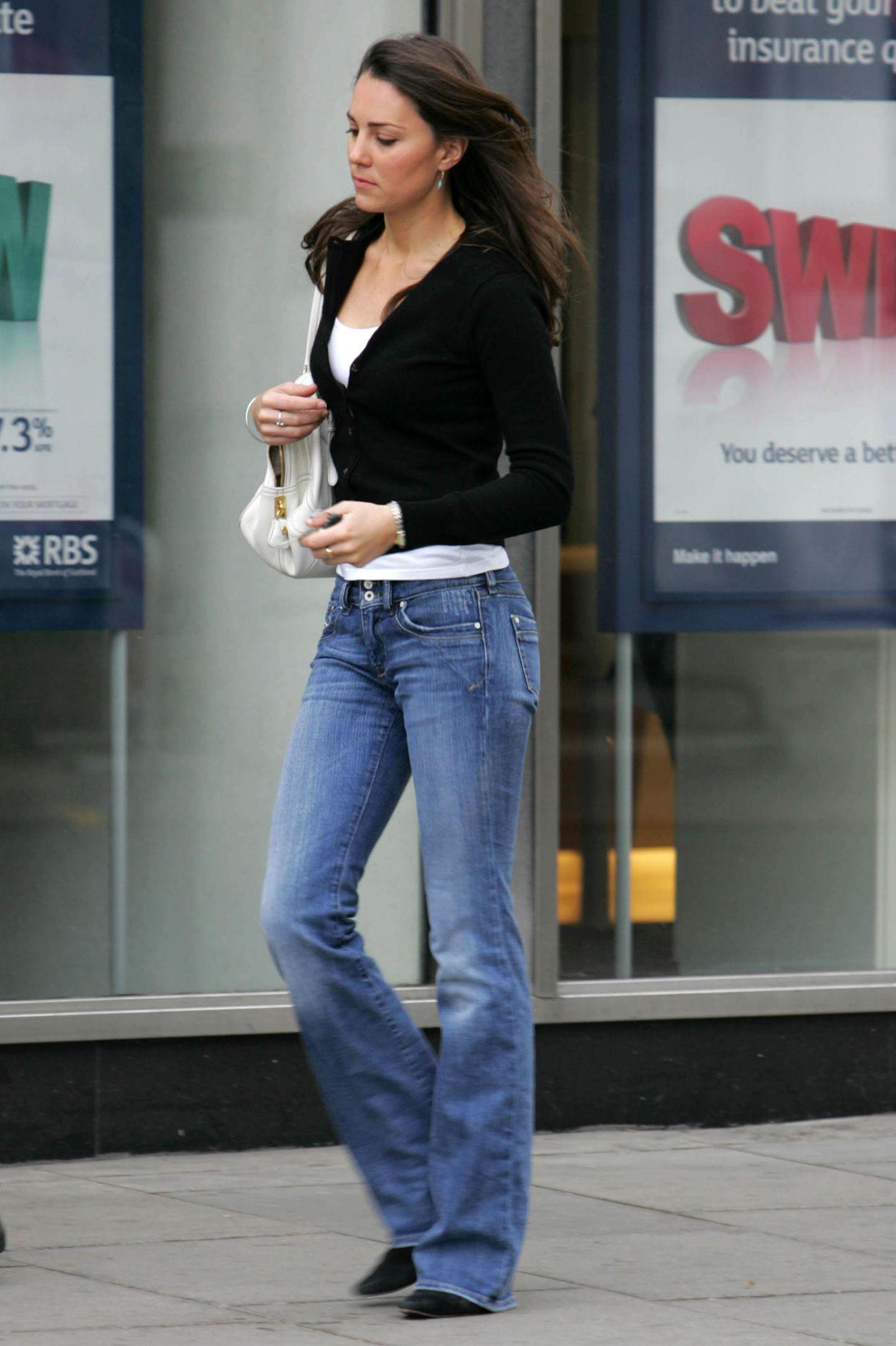 2007  Catherine spaziert durch London - super casual in Jeans, Shirt und Cardigan. Als Herzogin kann sie das wahrscheinlich so entspannt nicht mehr machen...