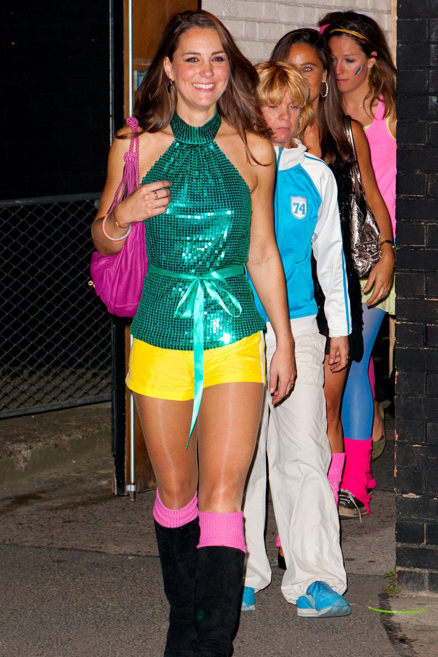"""2008  Kate als Disco-Kugel:Zur """"Midnight Roller Disco"""" in London lässt Catherine es modisch mal so richtig krachen und kombiniert zum grünen Neckholder-Pailletten-Top eine gelbe Shorts, pinke Stulpen und schwarze Stiefel. Zum Glück war es nur eine Motto-Party..."""