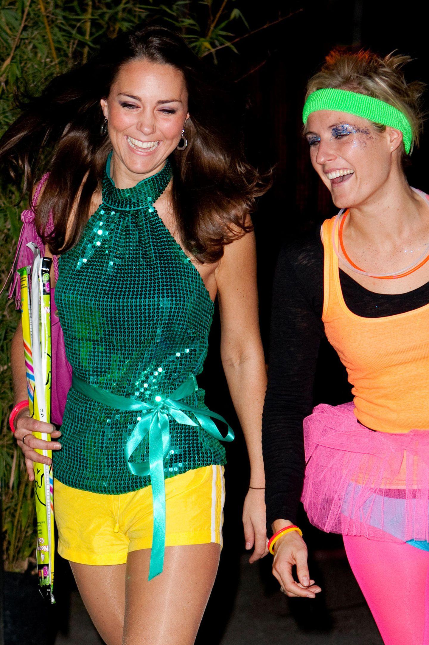 2008  Gemeinsam mit einer Freundin hatte Herzogin Catherine eine Menge Spaß auf der Feier.