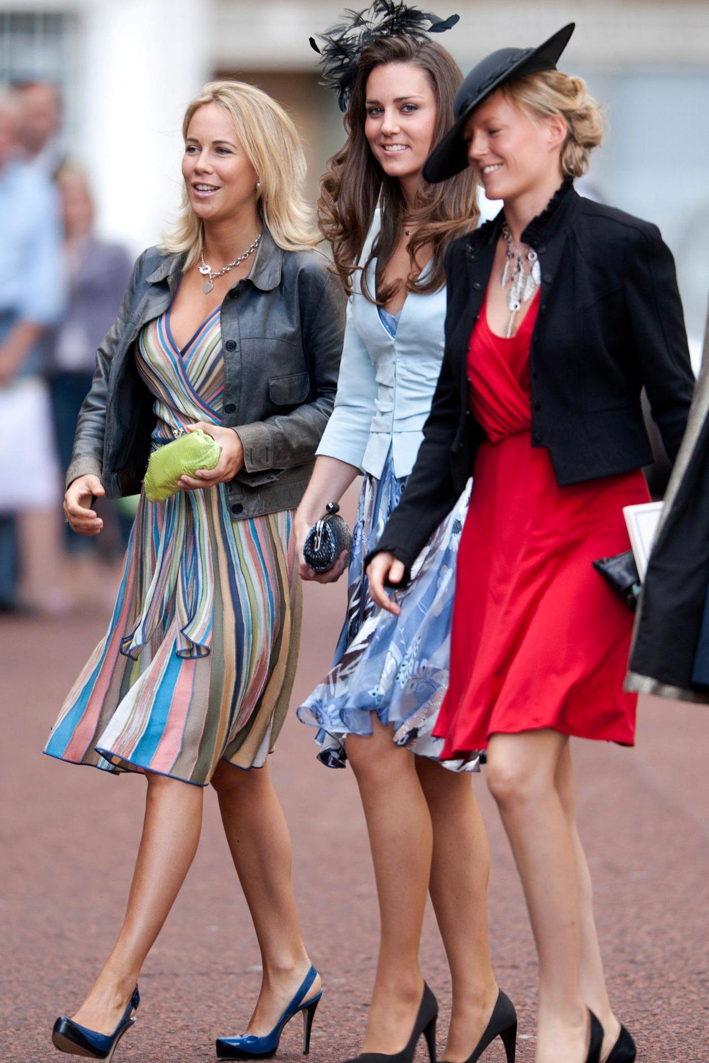 2008  Zur Hochzeit von Lady Rose Windsor und George Gilman gibt Catherine mit ihren Freundinnen ein hübsches, farbenfrohes Trio ab.