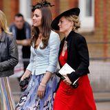 2008  Auf einer Hochzeit zeigt Catherine schon ein wenig von dem Modegespür, welches wenige Jahre später richtig zum Vorscheinkommt. Sie wählt ein Print-Kleid aus leichtem Stoff in Kombination mit Blazer und Fascinator - schwarze Pumps runden den Look ab.