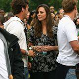2008  Zu einem Konzert im Londoner Hyde Park erscheint Kate in einem schwarzen Kleid mit weißem Blüten-Druck.