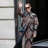 Aus der Stadt der Liebe geht es für Sängerin Celine Dion nach Berlin. In einem floralen Mantel und dunkelgrüner Dior-Handtasche zieht sie wieder einmal alle Blicke auf sich und soll in Begleitung ihrer neuen Liebe, Background-Tänzer Pepe Muñoz, sein.