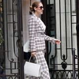 Und schon wieder ein absoluter Wow-Look. Celine Dion stolziert in einem Hosenanzug von Antonio Berardi durch Paris. Besonderer Hingucker: Ihre Samt-Plateau-Sandalen und ...