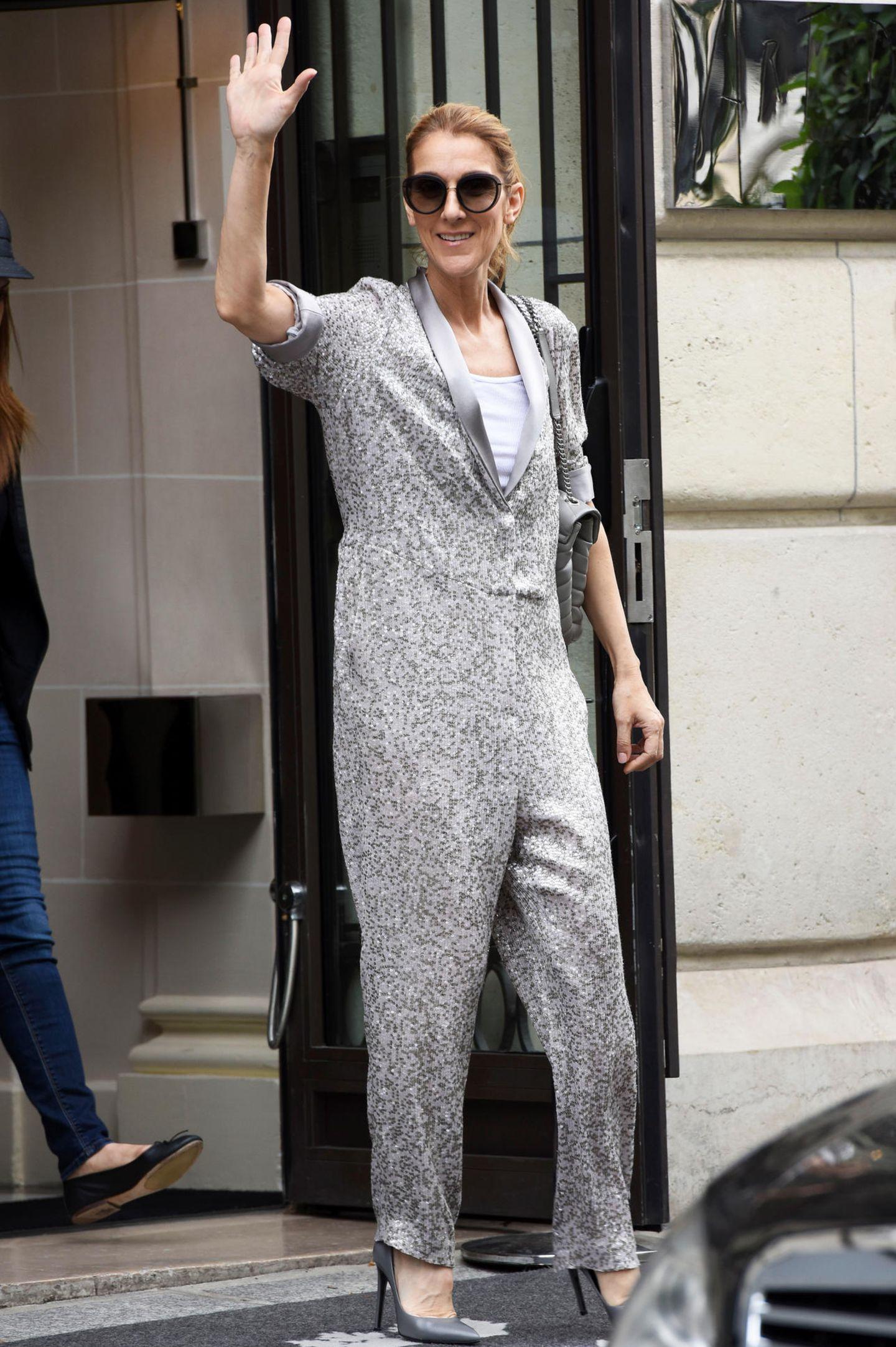 So praktisch kann Eleganz sein: Celine Dion trägt eine silberfarbenen, mit Pailletten übersäten Overall von Erin Fetherston und glänzt mit der Pariser Sonne um die Wette.