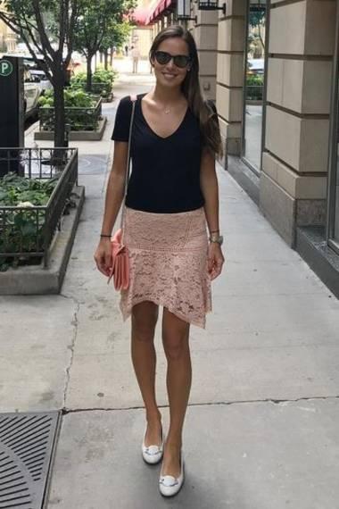 Bequem, praktisch und trotzdem weiblich - das muss frau erstmal schaffen! In einem zarten, rosafarbenen Spitzenrock und schwarzem T-Shirt erkundet Ana Ivanovic ihre Wahlheimat Chicago.