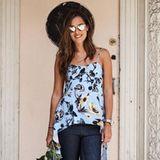 Sexy Sommergrüße: Ana Ivanovic zeigt uns mit Jeans, Schnürschuhen und einem zarten Print-Top, wie leicht und effektvoll ein schöner Freizeit-Look gestylt werden kann.