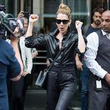 Auch in Deutschland zieht Sängerin Celine Dion direkt die Masse in ihren Bann. Im coolen Leder-Look lässt sie sich in Berlin feiern. Doch was lässt sie so sehr jubeln?
