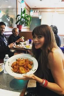 """Bei """"Modern Family""""-Star Sofia Vergara gibt es lecker Frittiertes. Ehemann Joe Manganiello (l.) scheint etwas neidisch zu sein."""
