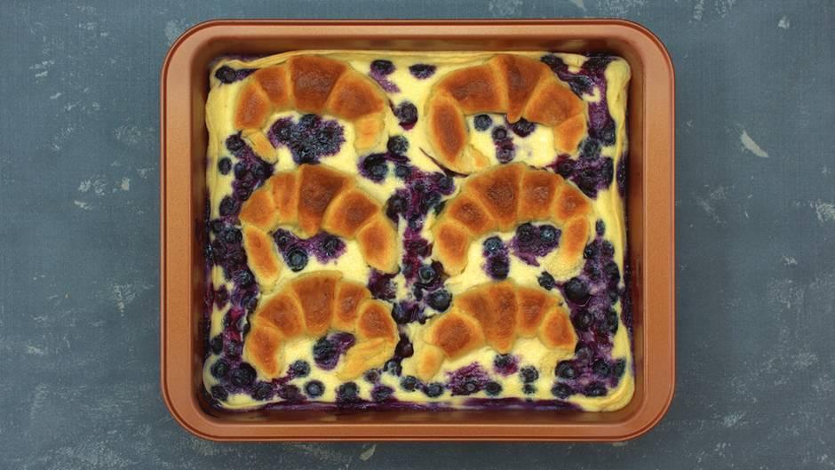 Süßes aus dem Ofen: Croissant-Blaubeer-Auflauf