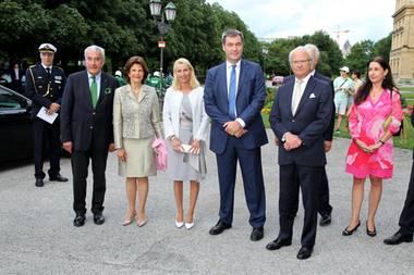 24. Juli 2017  Königin Silvia und König Carl Gustaf sind für einen Kurzbesuch nach München gereist.  Dieser Ort hat eine ganz besondere Bedeutung für das Paar, hierhaben sie sich während der Olympischen Sommerspiele 1972 kennengelernt und sich verliebt.