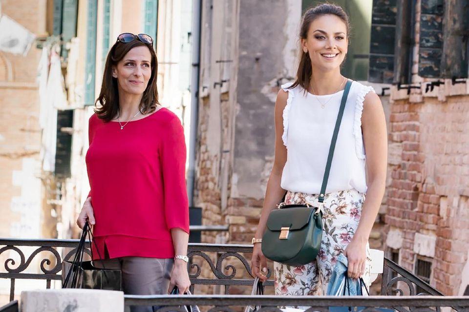 Kathrin Flemming (Ulrike Frank) begleitet ihre Tochter Jasmin (Janina Uhse) zu einer Modenschau nach Venedig