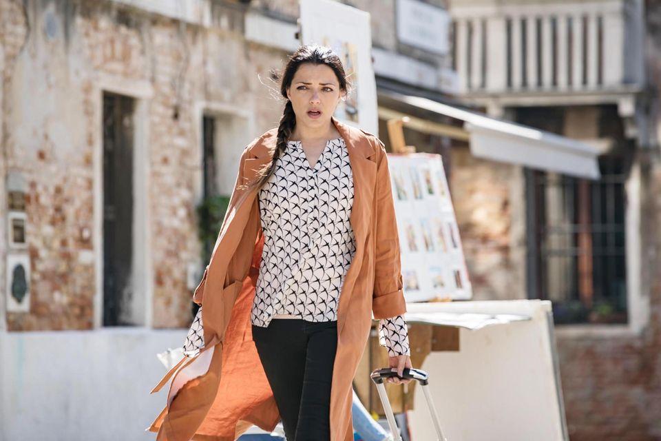 Emily Höfer (Anne Menden) reist Jasmin nach...