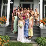 Finden sie die prominenten Zwillinge Mary-Kate und Ashley Olsen auf diesem Bild? Die körperlich doch eher kleineren Schwestern gehen ein wenig unter auf diesem hübschen Schnappschuss. Eine Freundin der Beiden hat geheiratet.