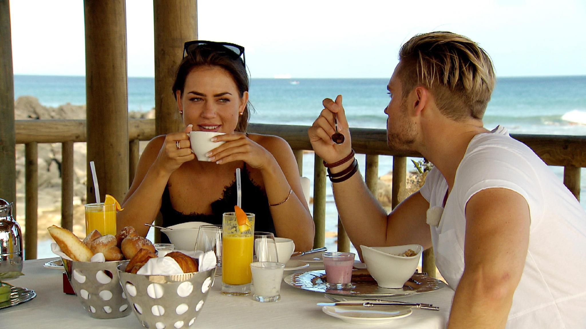 Johannes setzt auch auf Weiß beim Frühstück mit Jessica