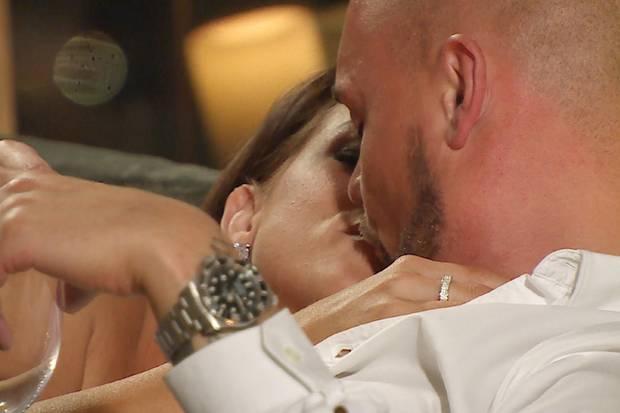 Jessica Paszka küsst Niklas Schröder