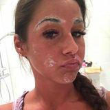 """Dick eincremen und Schnute ziehen im heimischen Badezimmer! Sarah Lombardi zeigt sich ihren Followern ganz privat und präsentiert ihre abendliche Beautyroutine. Die ehrliche Begründung für den lustigen Look: """"Die Pickelchen sollen ja über Nacht verschwinden""""."""