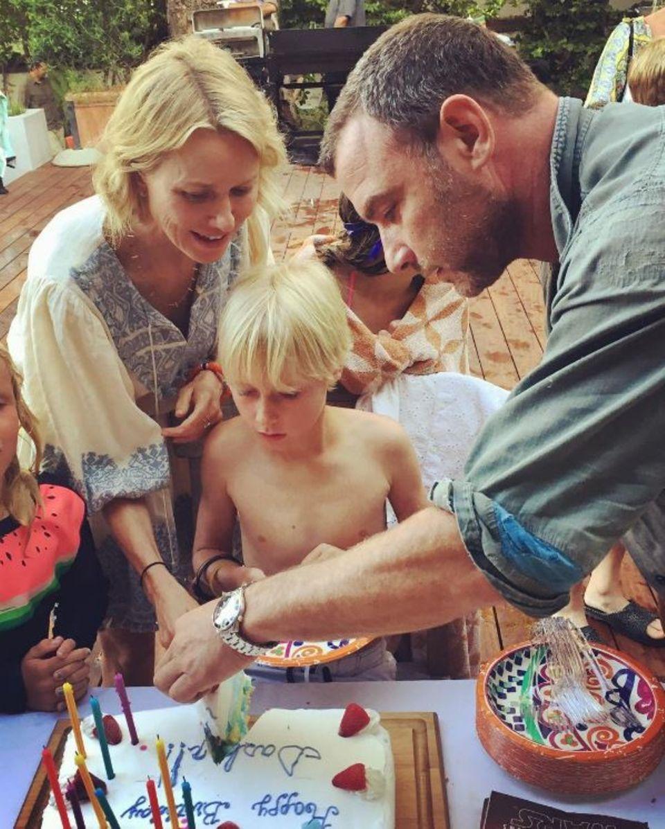 26. Juli 2017  Sohn Alexander ist stolze 10 Jahre alt geworden. Die getrennt lebenden Eltern: Naomi Watts und Liev Schreiber schneiden die leckere Geburtstagstorte an.