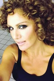 Ist das Jennifer Lopez? Nicht ganz. Moderatorin Nazan Eckes sieht der Sängerin mit diesem Look aber doch ein wenig ähnlich. Mal ganz was Neues, sonst kennen wir Nazan ja eher mit einer eleganten Hochsteck-Frisur oder leichten Wellen.
