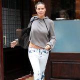 """Ganz easy im Sweatshirt von Unravel und mit Batik-Jeans macht sich Heidi bereiht für einen Familien-Ausflug. Wieder mit dabei: Ihre neue Lieblingstasche: Eine """"Laser Cut Tote"""" von Alaia."""