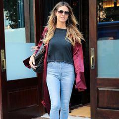 High-Waist Jeans, Shirt und angesagter Kimono - Heidi weiß einfach, wie einfaches und gutes Styling funktioniert. Auch bei diesem Look darf aber natürliche ihre Alaia-Bag nicht fehlen.