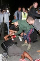 26. Juli 2017  Justin Bieber hat mit seinem Wagen versehentlich einen Paparazzo angefahren. Der Sänger eilt dem Fotografen, der sich das Bein verletzt hat, schnell zu Hilfe, bis Krankenwagen und Polizei eintreffen und die Versorgung übernehmen.