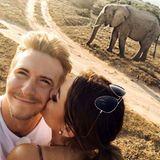 26. Juli 2017  Auf der Safari schießen die Beiden ein Erinnerungsselfie mit einem Elefanten.
