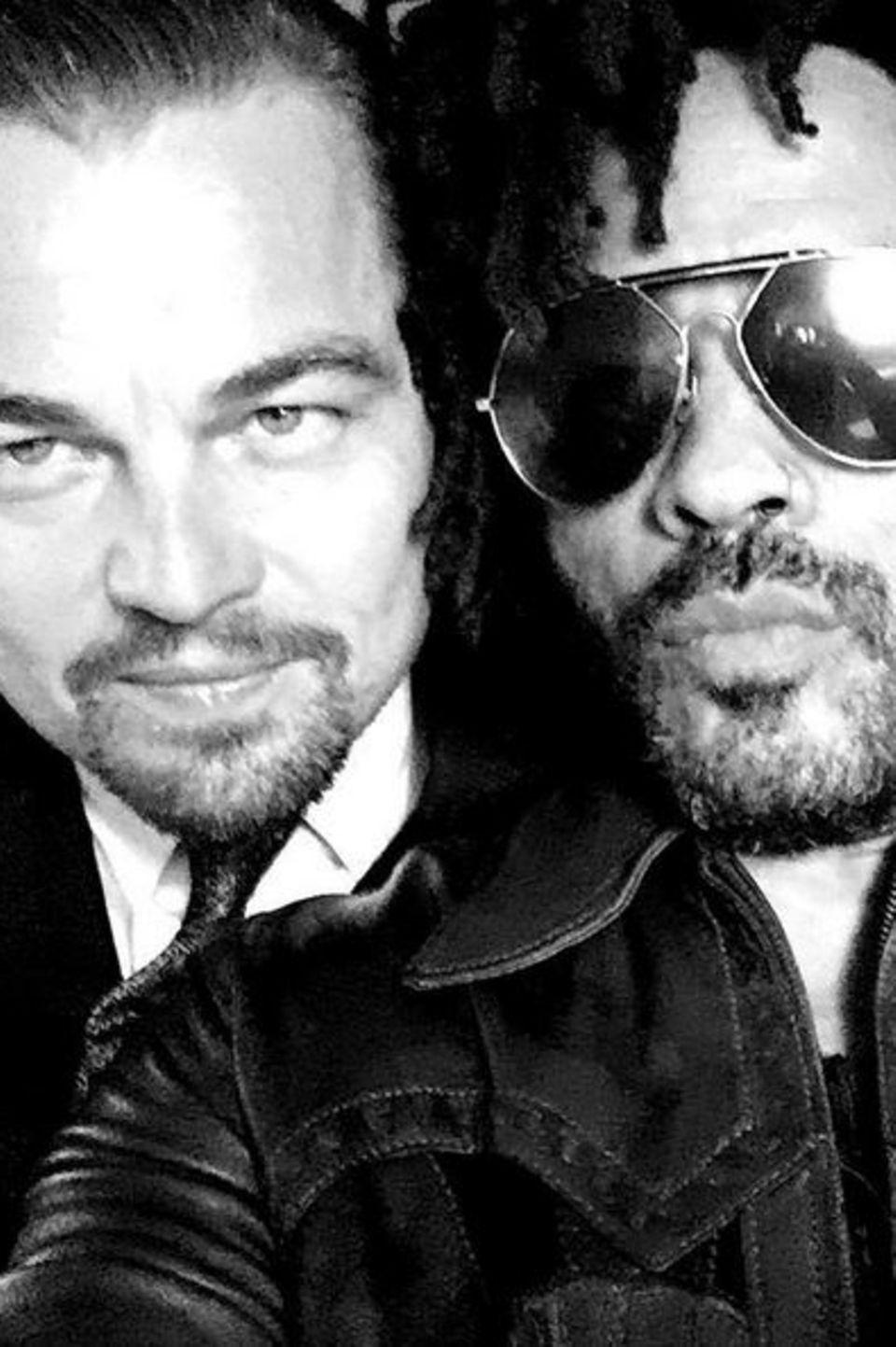 """27. Juli 2017   """"Leonardo DiCaprio Foundation""""-Gala: Hollywoodstar Leonardo DiCaprio posiert mit Rockstar Lenny Kravitz für ein Selfie."""