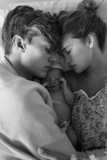 """Der 19-jährige Lucky Blue Smith und seine sieben Jahre ältere Freundin Stormi Bree sind Eltern geworden. Gravity Blue Smith heißt die Kleine, zu deutsch """"Schwerkraft"""". Dieses süße Bild postet die junge Mutter auf Instagram."""