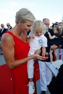 27. Juli 2017  Was ist denn das Interessantes? Prinz Jacques scheint etwas spannendes in der Hand von Mutter Fürstin Charlène entdeckt zu haben.