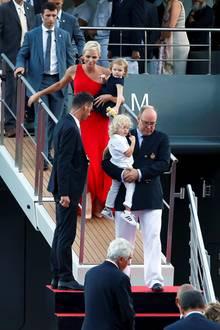 """27. Juli 2017  Purer Glamour: Fürstin Charlène, Fürst Albert II und ihre Kinder - Prinzessin Gabriella und Prinz Jacques - bei der Abfahrt der Jacht """"Yersin"""". Das Schiff, das zugleich ein Forschungslabor ist, wird ozeanografische Untersuchungen auf See machen."""