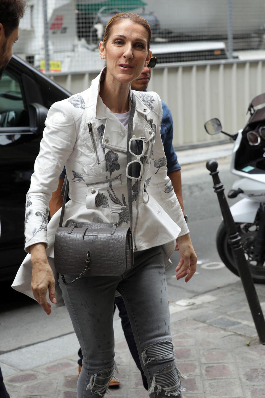 Selbst im lässigen, grau-weißen Jeans- und Lederjacken-Outfit macht Celine Dion eine gute Figur.