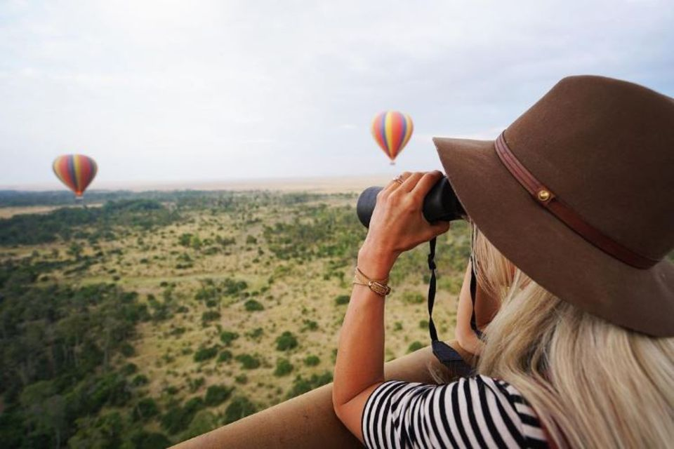 Einen auch so schon sagenhaften Ausblick schmücken bunte Heißluftballons über Kenias Savanne. Dank des Fernglases hat Schauspielerin Julianne Hough alles im Blick.