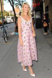 Claire Danes bezaubert in New York im rosafarbenen und blütenbesetztem Seidenkleid.