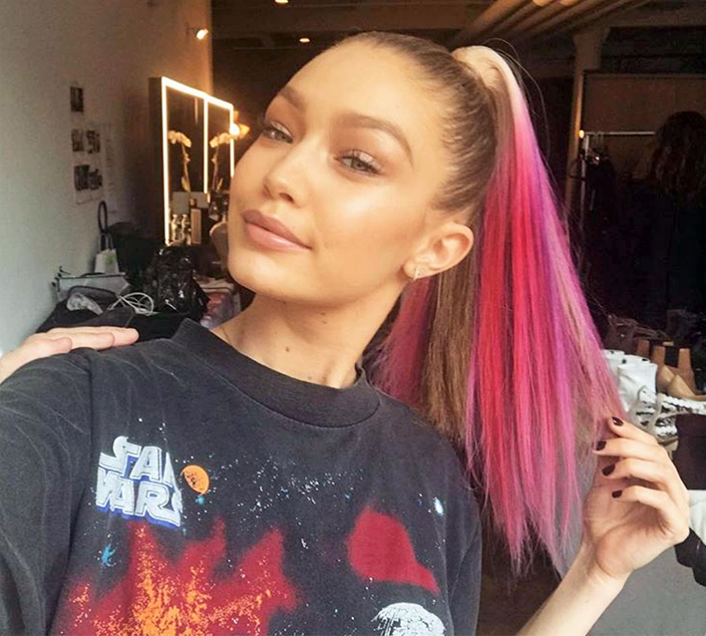 Ja, Pink steht dir auch! Topmodel Gigi Hadid geht aber lieber kein farbliches Risiko ein, und trägt stattdessen dieses Haarteil als Pferdeschwanz.