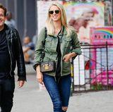 Was für ein cooler, lässiger Look! Nicky Hilton kombiniert mit Jeans, Gucci Loafern, Piloten-Sonnenbrille und angesagter Box-Bag von Louis Vuitton, ein perfektes Outfit. Der kleine Babybauch wird hier allerdings ein wenig kaschiert.